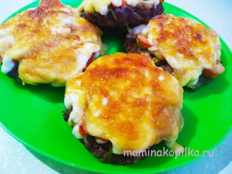 Мясные гнезда из фарша с сыром и помидорами в духовке